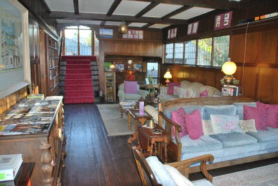 Coxhead House: en hyggelig fælles stue med masser af bøger og magasiner