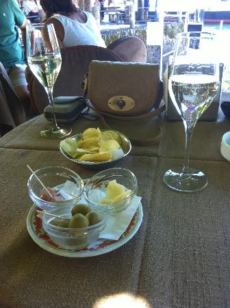 Grand Hotel Cadenabbia: every drink comes with gratis olives,crisps, cheese and ham !