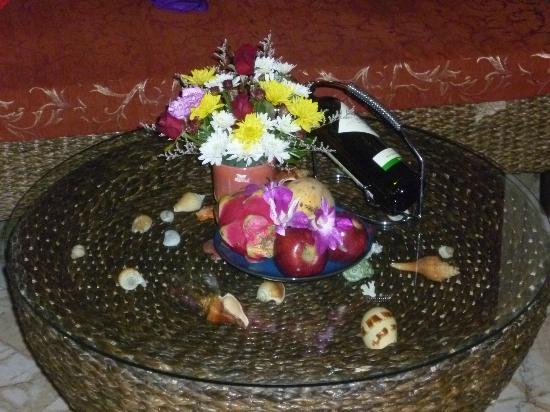 โรงแรมแซนดอลวู้ด ลักซูรี่ วิลล่า: Welcome basket w/honeymoon package