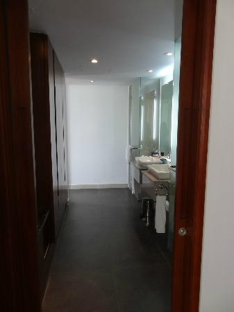Sunrise Premium Resort Hoi An: Wardrobes, Wash basins, Shower and Toilet