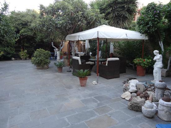 S. Nikolis Hotel & Apartments: Hotel Courtyard