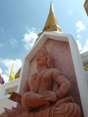 Wat Bowonniwet Vihara : Statues surrounding the chedi