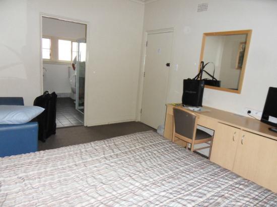 Bathurst Motor Inn: Bed thru to bathroom