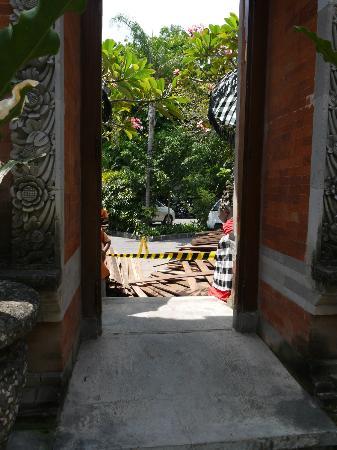 Bali Mandira Beach Resort & Spa: Ausgang zum Parking