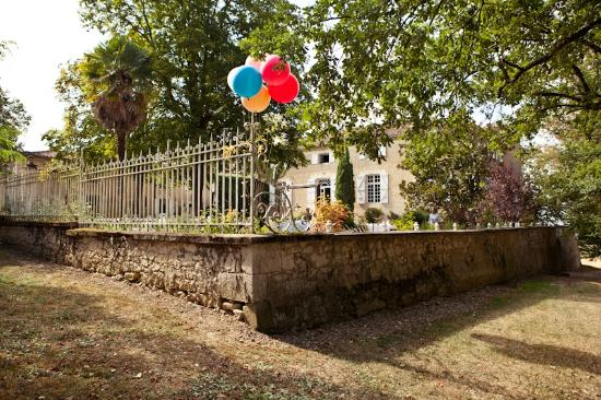 Chateau de Lartigolle : beautiful balloons in the courtyard