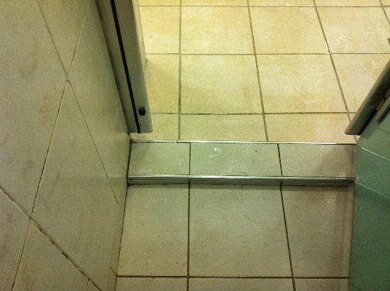 Decleor Spa at Mar Hall: Dirty shower been like this for weeks!