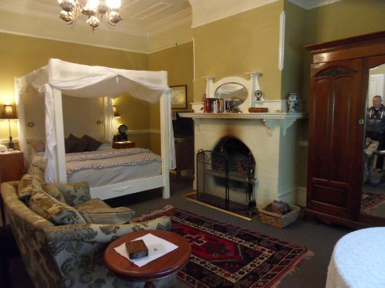 Broomelea Bed & Breakfast: Charming four poster bed