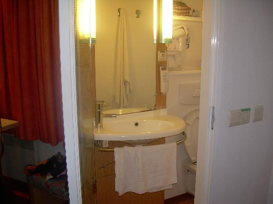 Ibis Brussels Centre Sainte Catherine: el baño chiquito pero completo