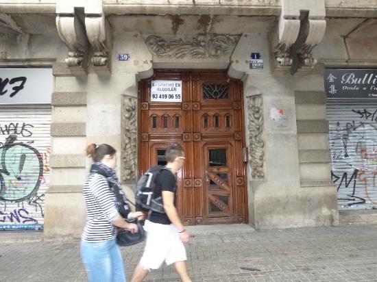 ฮิป คาร์มา โฮสเต็ล: porte d'entée à l'angle de la rue