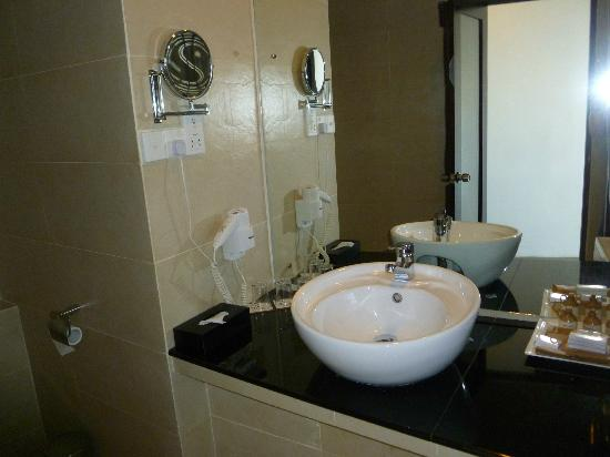 Tourmaline Hotel: clean bathroom