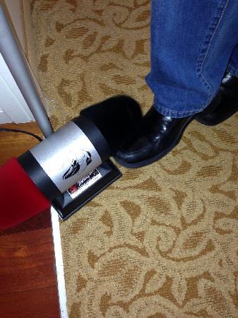 JW Marriott Washington, DC: Personal shoe shine device in room