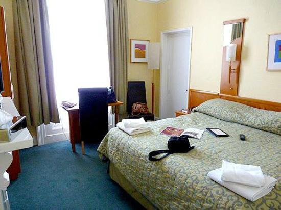 Hedley House: Room with THE bed