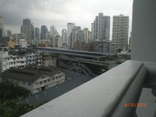 Amari Boulevard Bangkok: BTS Nana from room attached balcony of Amari Boulevard