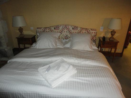 Chateau de Marcay: bed