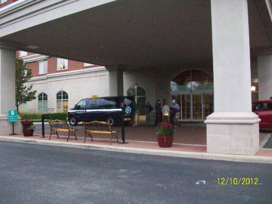 Embassy Suites by Hilton Columbus Dublin: Team loading up van to head to OSU Gray Course.