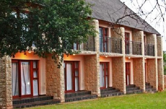 Inkwazi Country Hotel: Hotel  Building Front