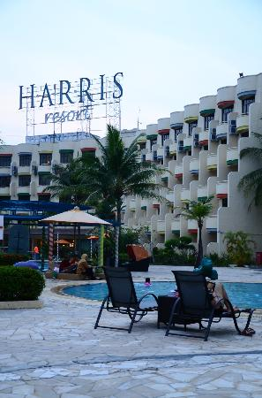 HARRIS Resort Batam Waterfront : the pool area