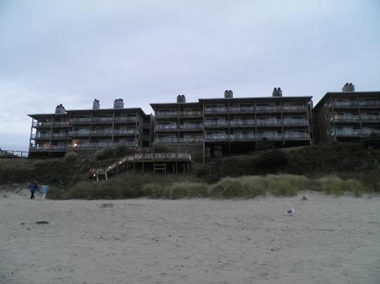 Hallmark Resort & Spa Cannon Beach: the resort from the beach