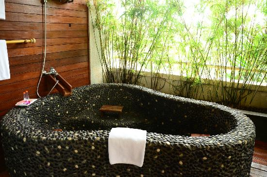 HARRIS Resort Batam Waterfront : the hot spring in the Jap Suite