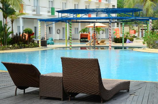 HARRIS Resort Batam Waterfront: Pool side