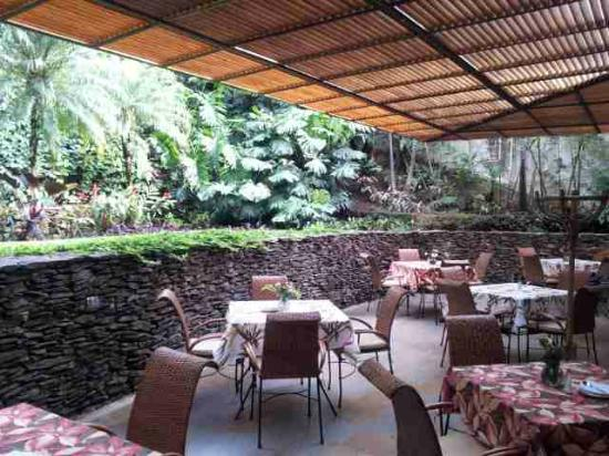 Hotel Poblado Alejandria: Outside breakfast/dining area