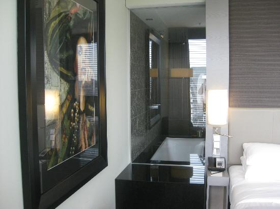 Hyatt Regency Dusseldorf: The lovely marble bathroom with bath and special rain shower