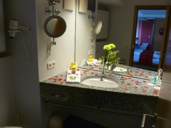 Seehotel Friedrichshafen: Rosendeko im Bad mit Blick auf den Rest des Zimmers
