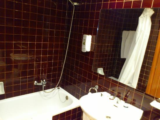 Hotel Kursaal: salle de bain fonctionnelle mais pas très moderne