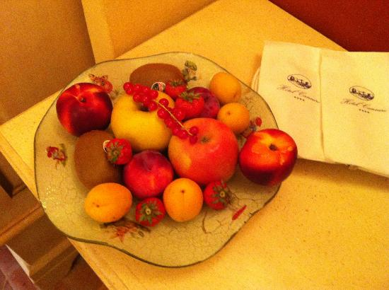 Hotel Cannero: Fruit bowl in the room