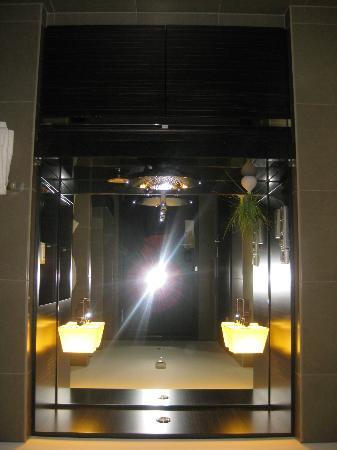 Hyatt Regency Dusseldorf: The bathroom