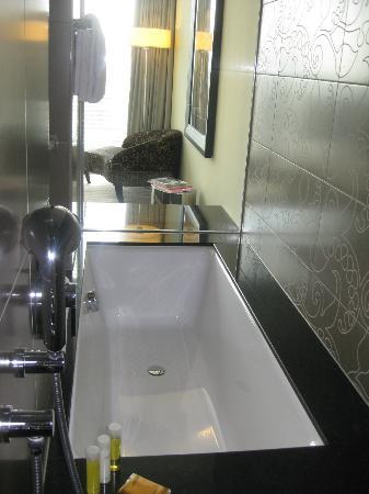 Hyatt Regency Dusseldorf: The marble bathroom looking into the bedroom