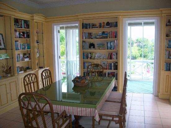 Bellavista Bed & Breakfast: Dining room with library of books