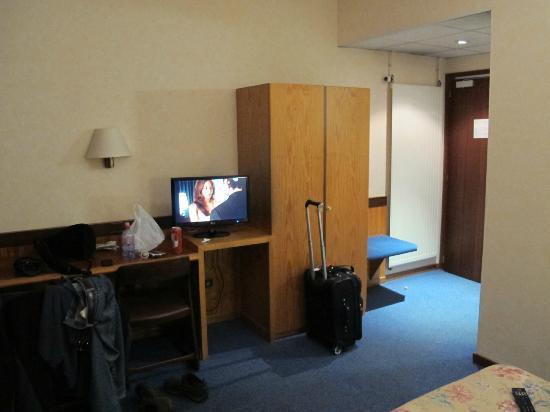 Hotel Pax: plywood desk/closet structure?