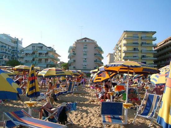 Hotel Nizza: Vorderseite des Hotels vom Strand aus gesehen