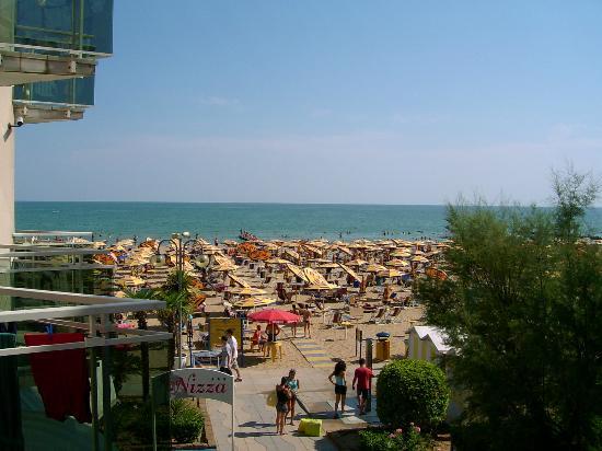 Hotel Nizza: Blick vom Zimmer auf den Strand