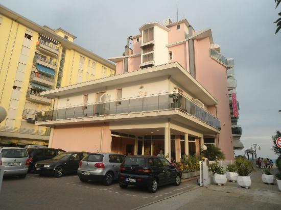 Hotel Nizza: Parkplatz, Rückseite des Hotels mit Eingangsbereich