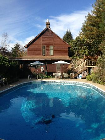 Applewood Inn, Llama Trekking & Cottage: View of the pool area