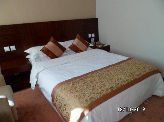 Shatan Hotel: bed