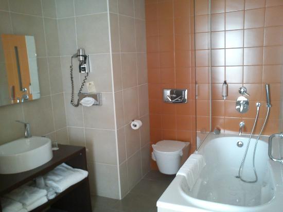 Hotel du Pasino : Salle de bain spacieuse