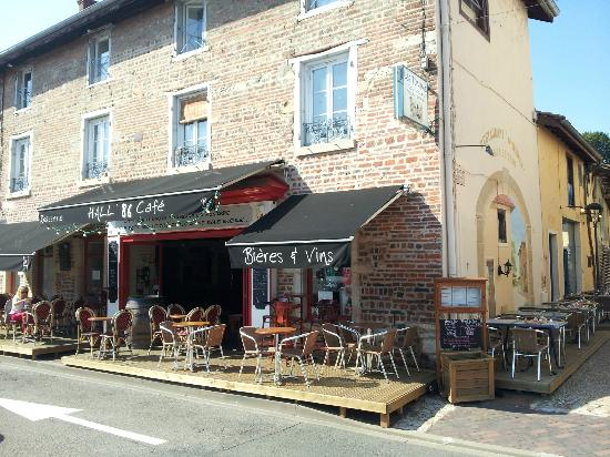 Chatillon-sur-Chalaronne, France : Les terrasses du Hall'86 Café