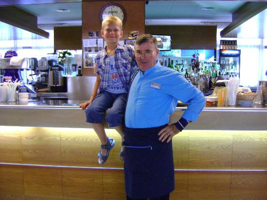 Aqua Hotel Silhouette & Spa - Adults Only: vriendelijke barkeeper.....