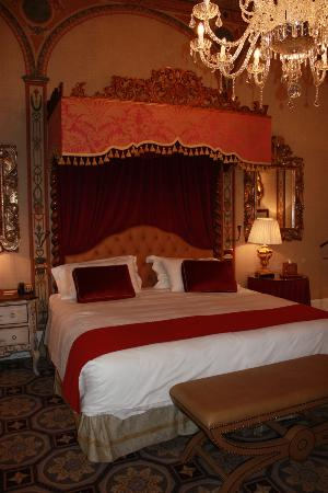 The St. Regis Florence: Beautiful canopy bed