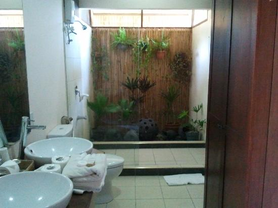 Kahuna Beach Resort and Spa: garden inspired  bathroom
