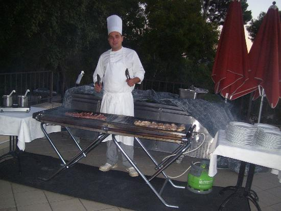 Club Vacanciel Carqueiranne: LE CHEF MAITRE GRILLARDIN à l'extérieur  préts à vous faire griller une piéce de viandeà votre c