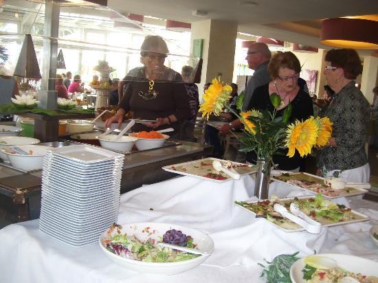 Carqueiranne, France: salle a manger où les residents se plaisent autour des Buffets gourmands
