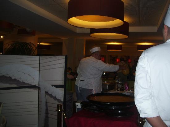 Hotel Club Vacanciel Carqueiranne: le CHEF PATISSIER qui se prépare aux desserts chauds devant les clients