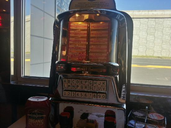 Silver Diner : Jukebox at the table