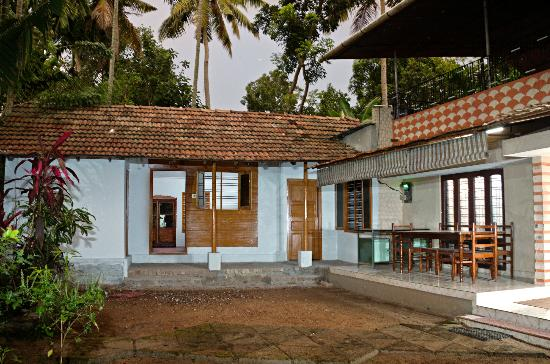 Adenz Backwater Home Stay: Out Side