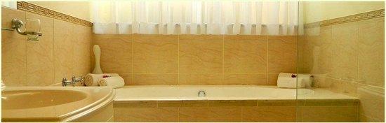 Sundown Manor: Luxury Bathroom