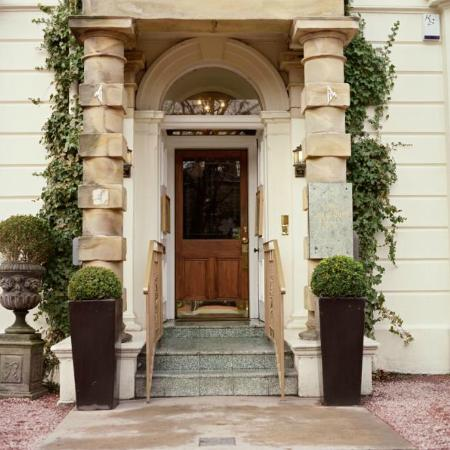 The Chestnuts Hotel Restaurant: The pillars at the Front Door